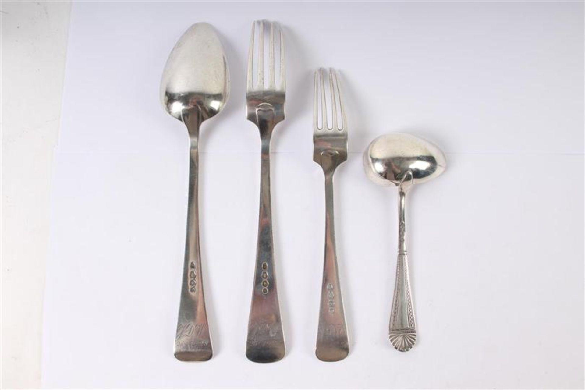 Los 21 - Divers gebruiksgoed, waaronder zilveren lepeltjes met getorste steel, Hollands gekeurd.