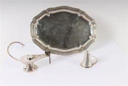 Zilveren dienblaadje met geschulpte rand, een kaarsendover en een olielampje, alle Hollands gekeurd.
