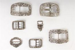 Zeven diverse zilveren gespen, Hollands gekeurd. Gewicht: 251 g.