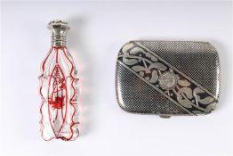 Zilveren sigarettenhouder, Niello, met defecten. Toegevoegd parfumflacon met zilveren dop. HxB: 10.5