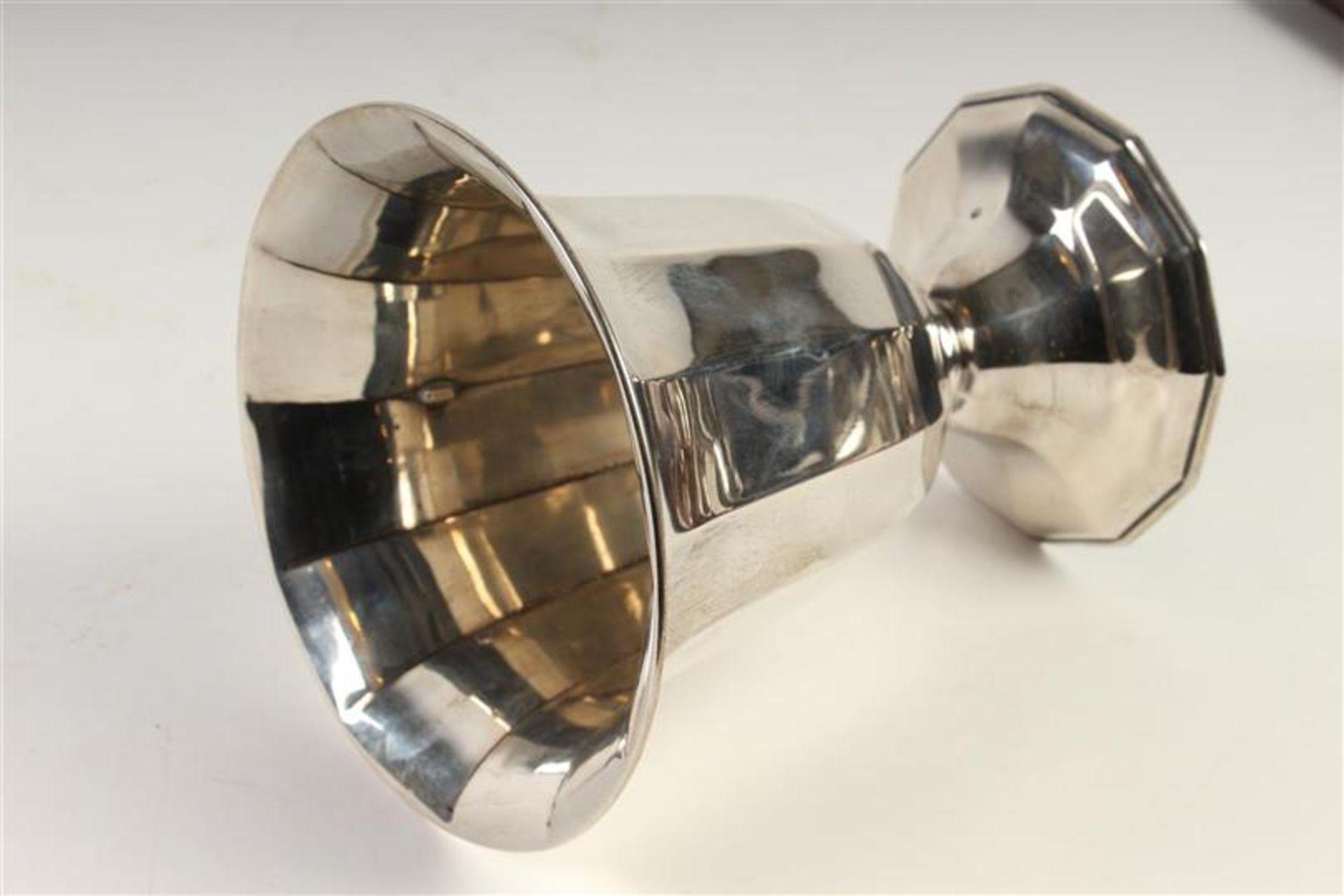 Los 43 - Twaalfkantige zilveren vaas op voet, opgevuld, Zilverfabriek Voorschoten, Hollands gekeurd.