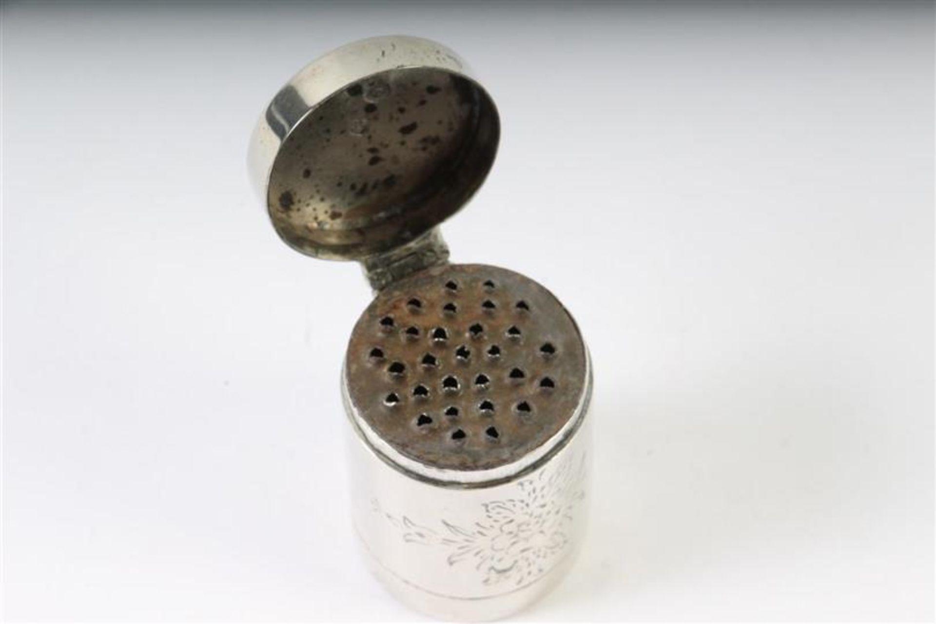 Los 37 - Zilveren nootmuskaatdoosje met floraal decor, Hollands gekeurd. H: 4.3 cm.