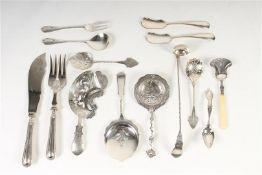Negen stuks divers zilveren schepwerk w.o. suikerstrooiers, Duits vis opdiencouvert, natfruit,