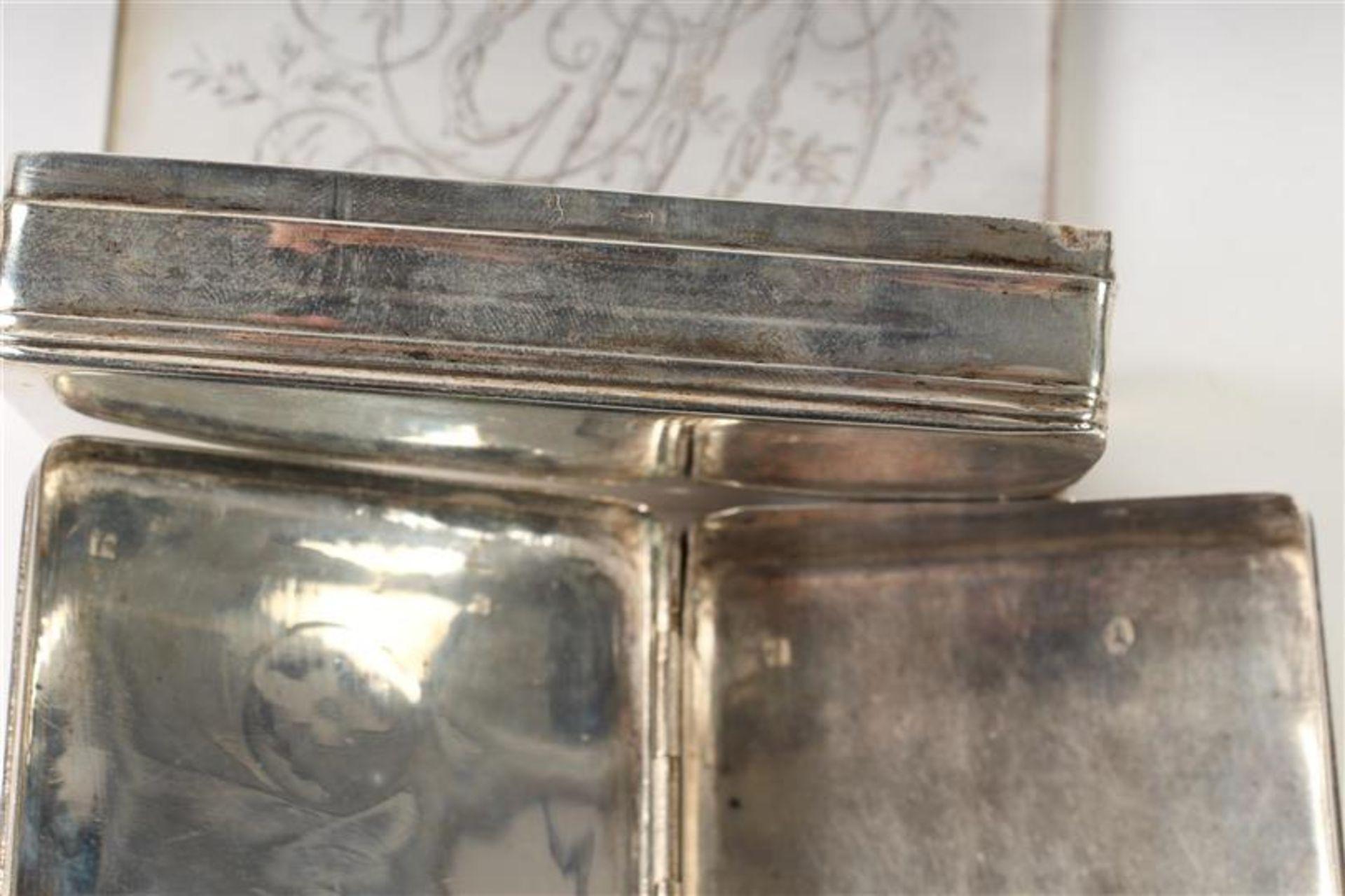Twee zilveren tabaksdozen, Hollands gekeurd. HxBxD: 7 x 12.5 x 2.5 en 7 x 11.3 x 2.3 cm. - Bild 5 aus 5