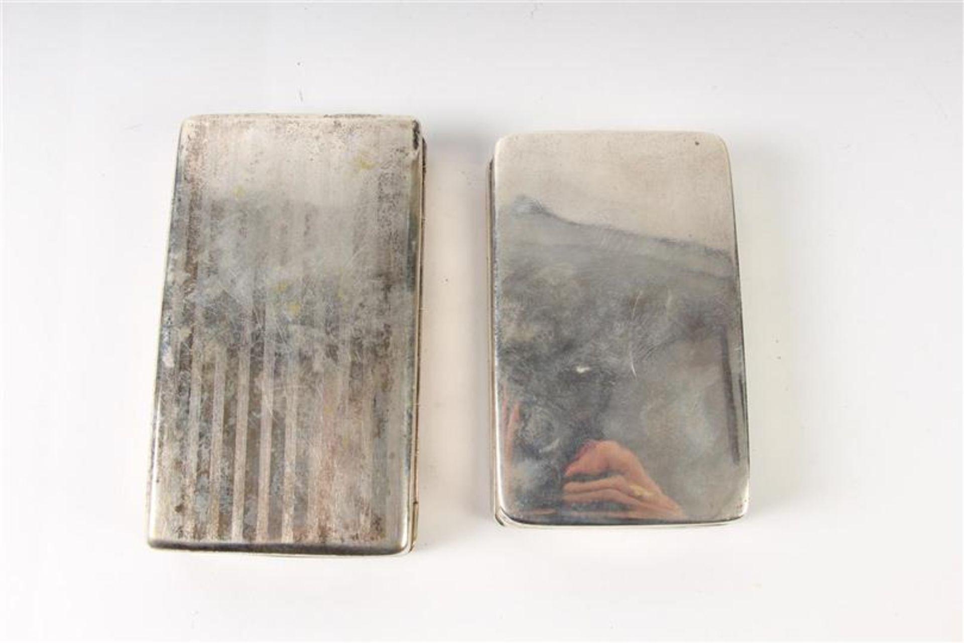Twee zilveren tabaksdozen, Hollands gekeurd. HxBxD: 7 x 12.5 x 2.5 en 7 x 11.3 x 2.3 cm. - Bild 3 aus 5