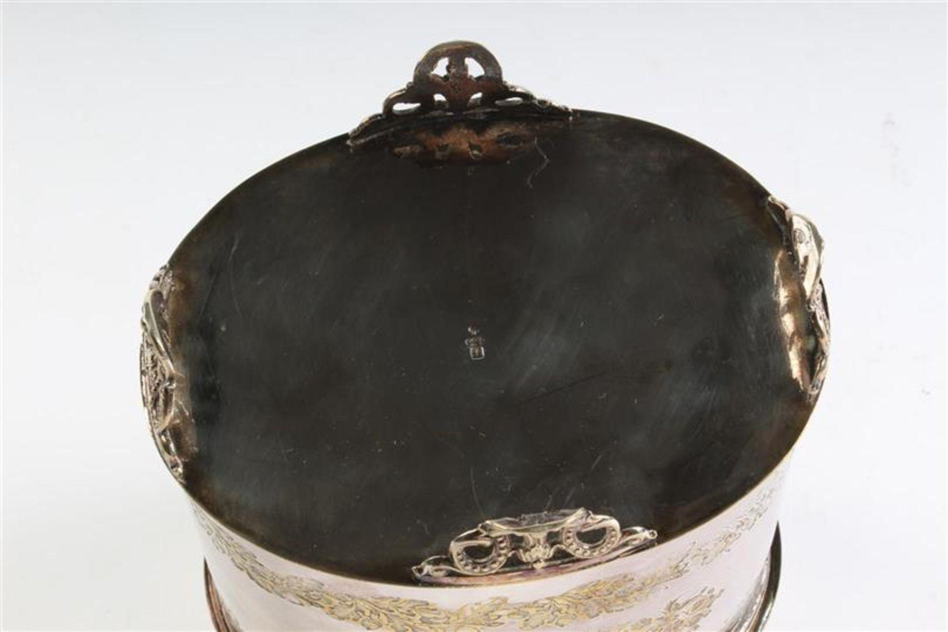 Los 1 - Verzilverde koektrommel, ovaal model op pootjes met guirlandes van eikenblad en medaillon