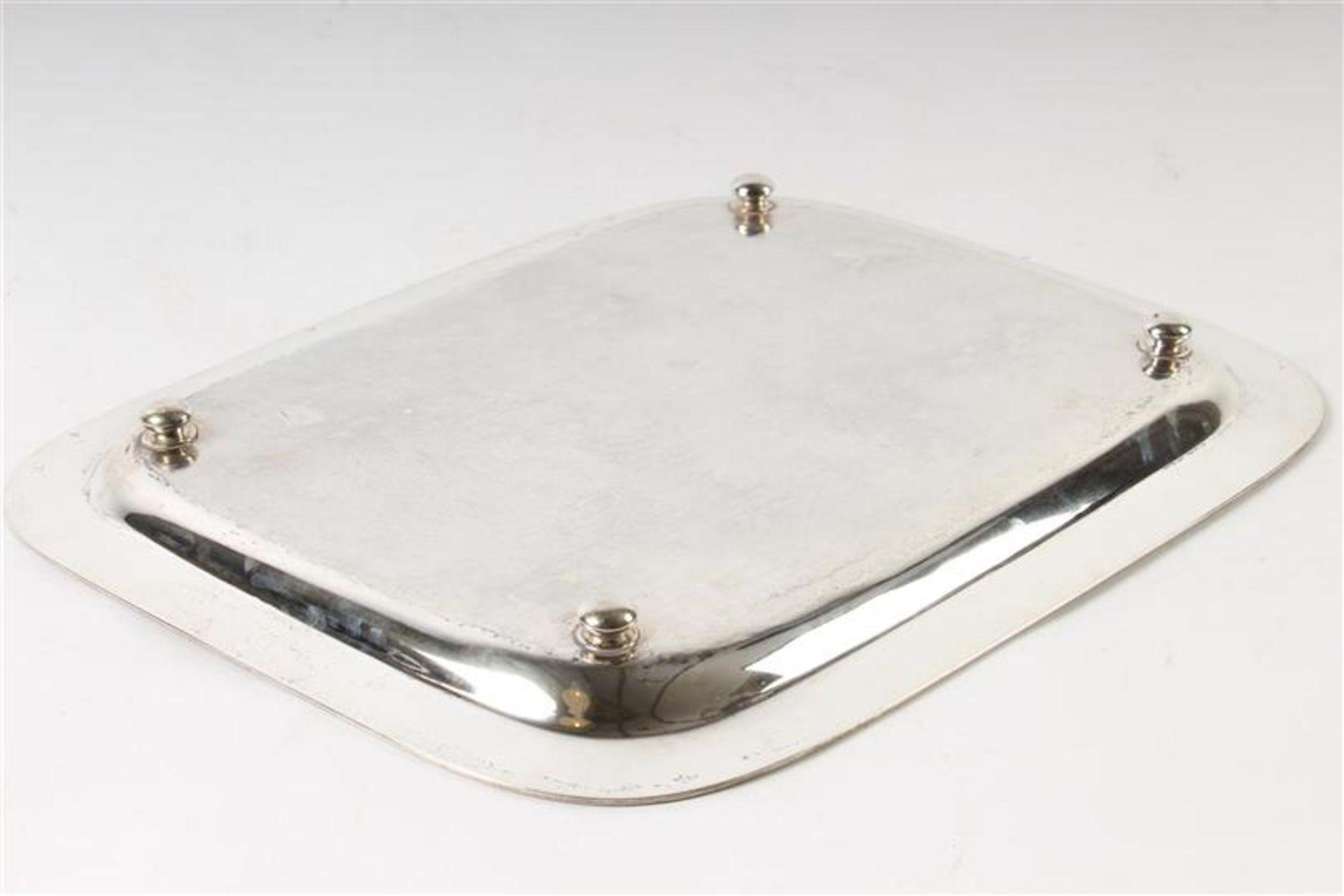 Los 36 - Zilveren cabaret met bewerkte rand en afgeronde hoeken,Hollands gekeurd, 1873. LxBxH: 39 x 32 x 3