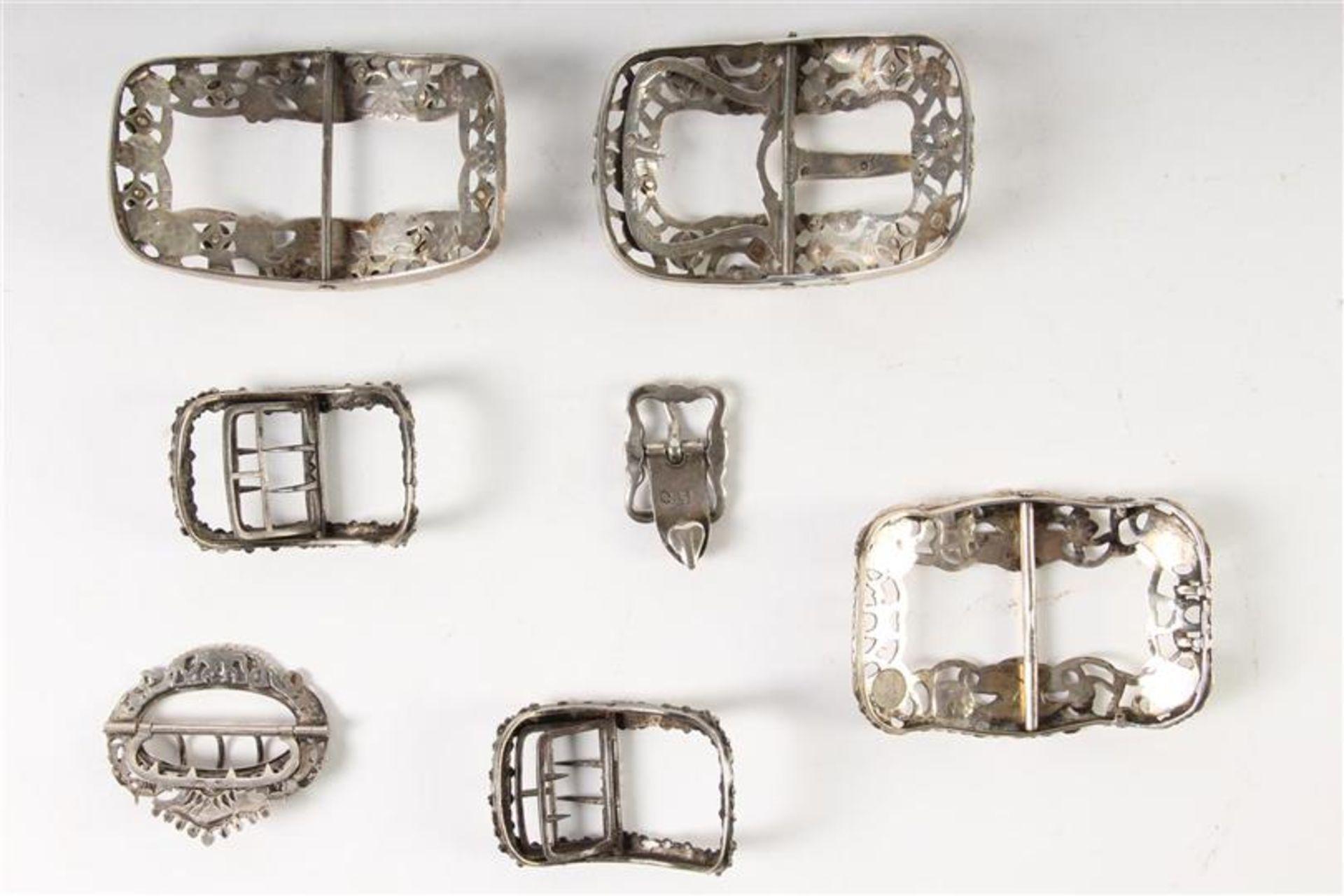 Los 60 - Zeven diverse zilveren gespen, Hollands gekeurd. Gewicht: 251 g.