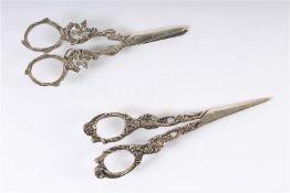 Twee diverse zilveren druivenscharen, waaronder 1egehalteHollands gekeurd. L: 13 en 14 cm.