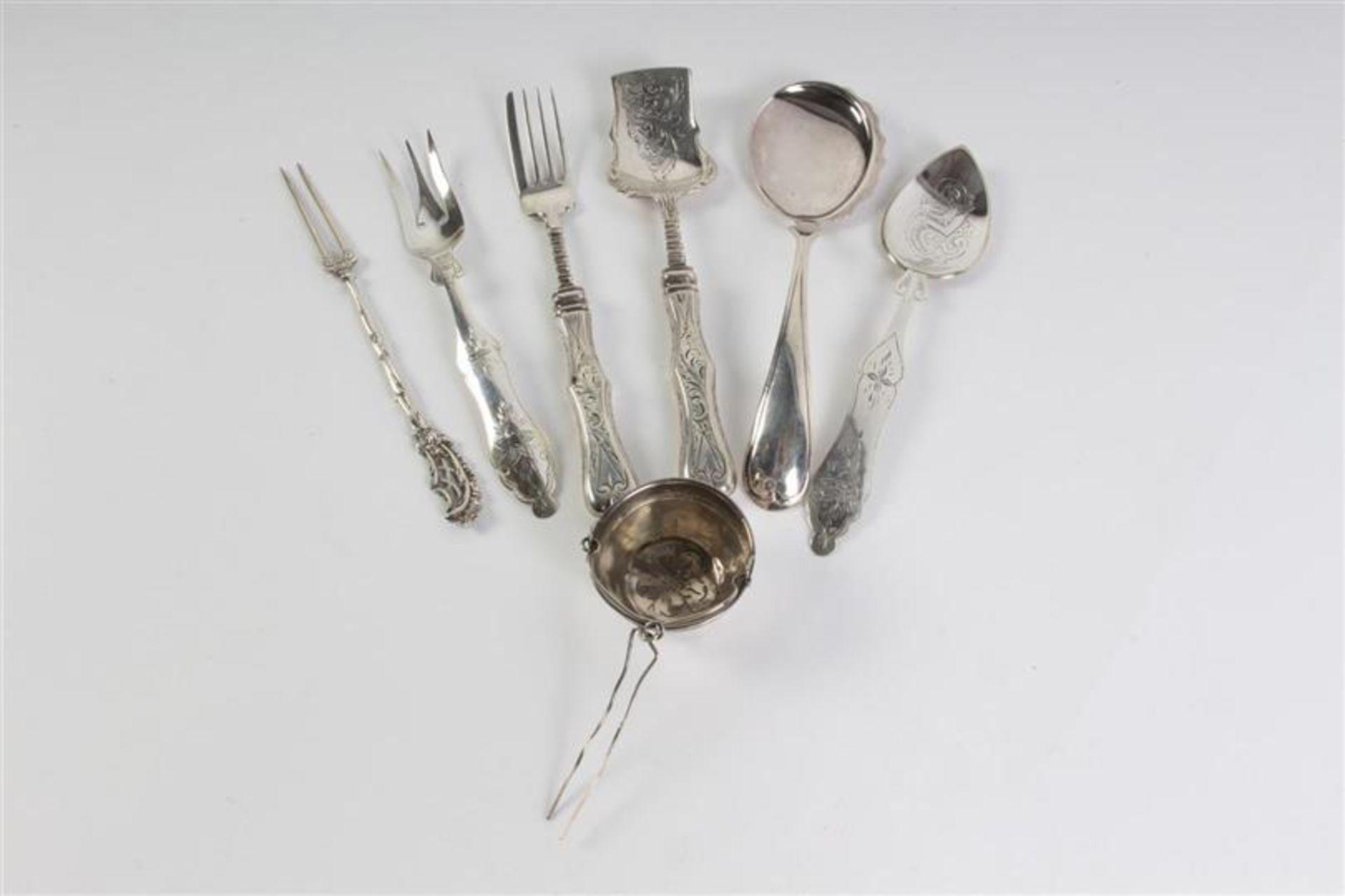 Los 56 - Lot divers zilver w.o. gembercouvert, theezeef en vorkjes, 19e/20e eeuw.