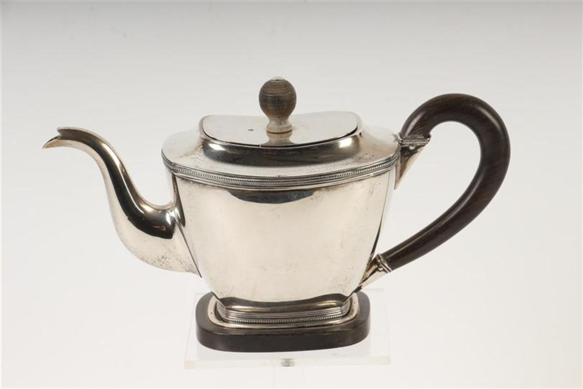 Los 35 - Zilveren theepot met parelrand, houten montuur en dito bijpassende sokkel, Hollands gekeurd. HxB: 13