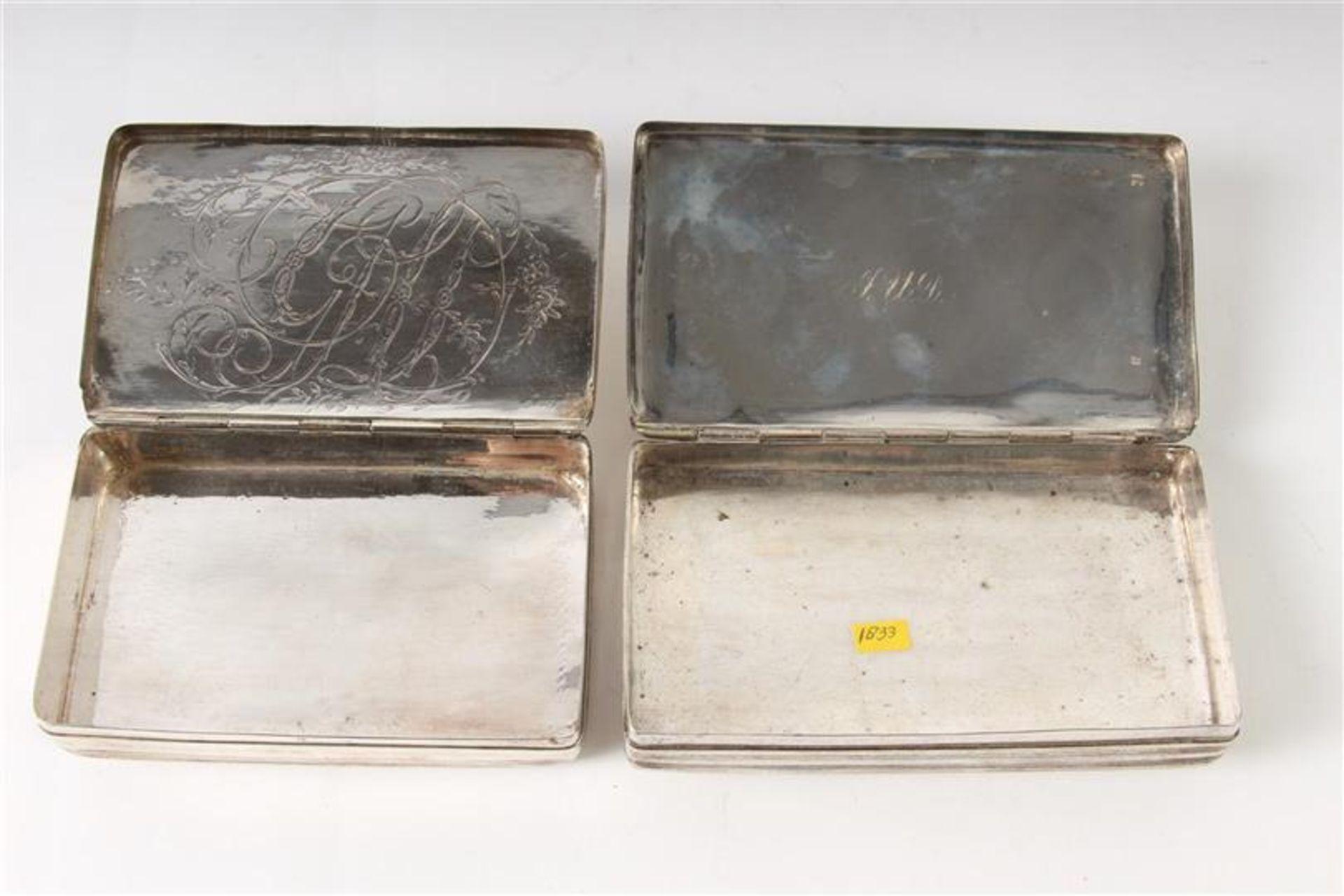Twee zilveren tabaksdozen, Hollands gekeurd. HxBxD: 7 x 12.5 x 2.5 en 7 x 11.3 x 2.3 cm. - Bild 4 aus 5