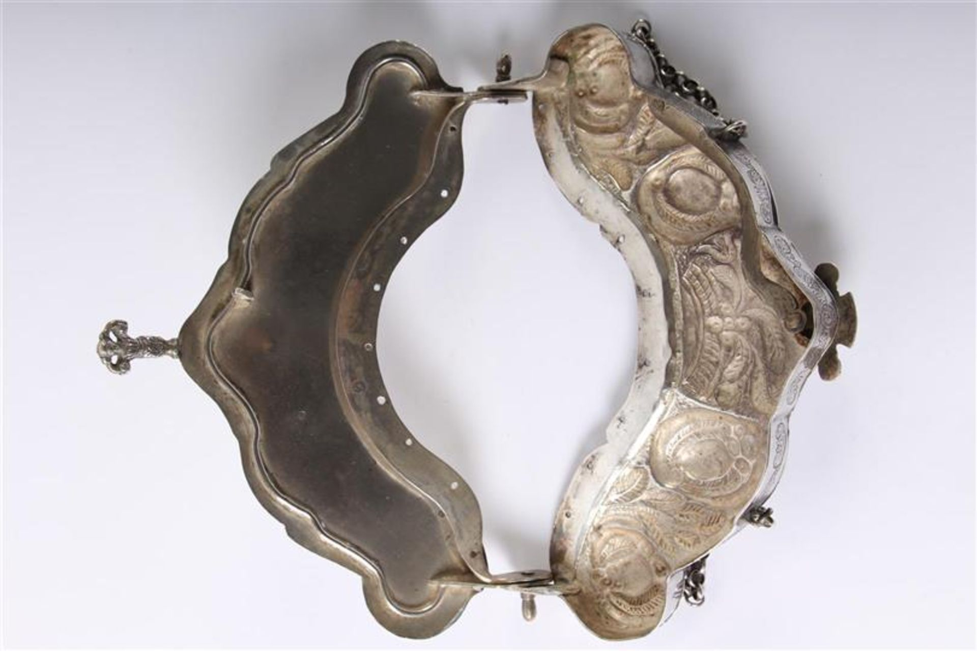 Los 31 - Zilveren tasbeugel rijkelijk gedecoreerd, met jasseron ketting, Hollands gekeurd. Gewicht: 256 g. B: