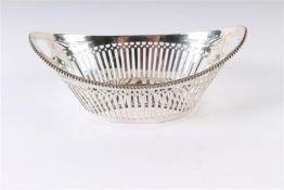 Zilveren bonbonmandje ajour met parelrand, Hollands gekeurd. B: 15 cm.