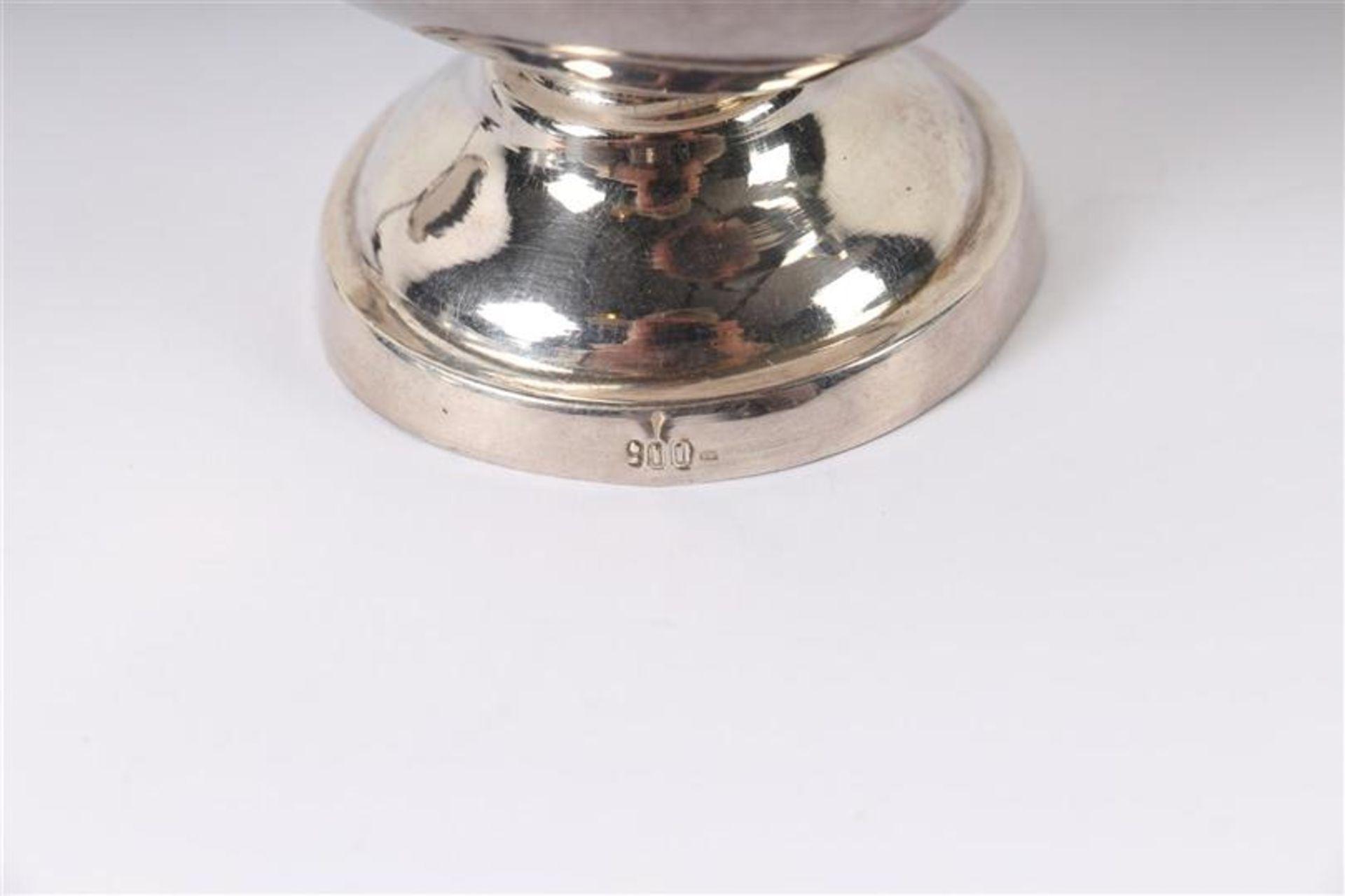 Los 26 - Zilveren dienblaadje met geschulpte rand, een kaarsendover en een olielampje, alle Hollands gekeurd.