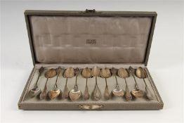 Set van twaalf zilveren koffielepels met parelrand, in cassette 'W. Voet & Zonen Haarlem',
