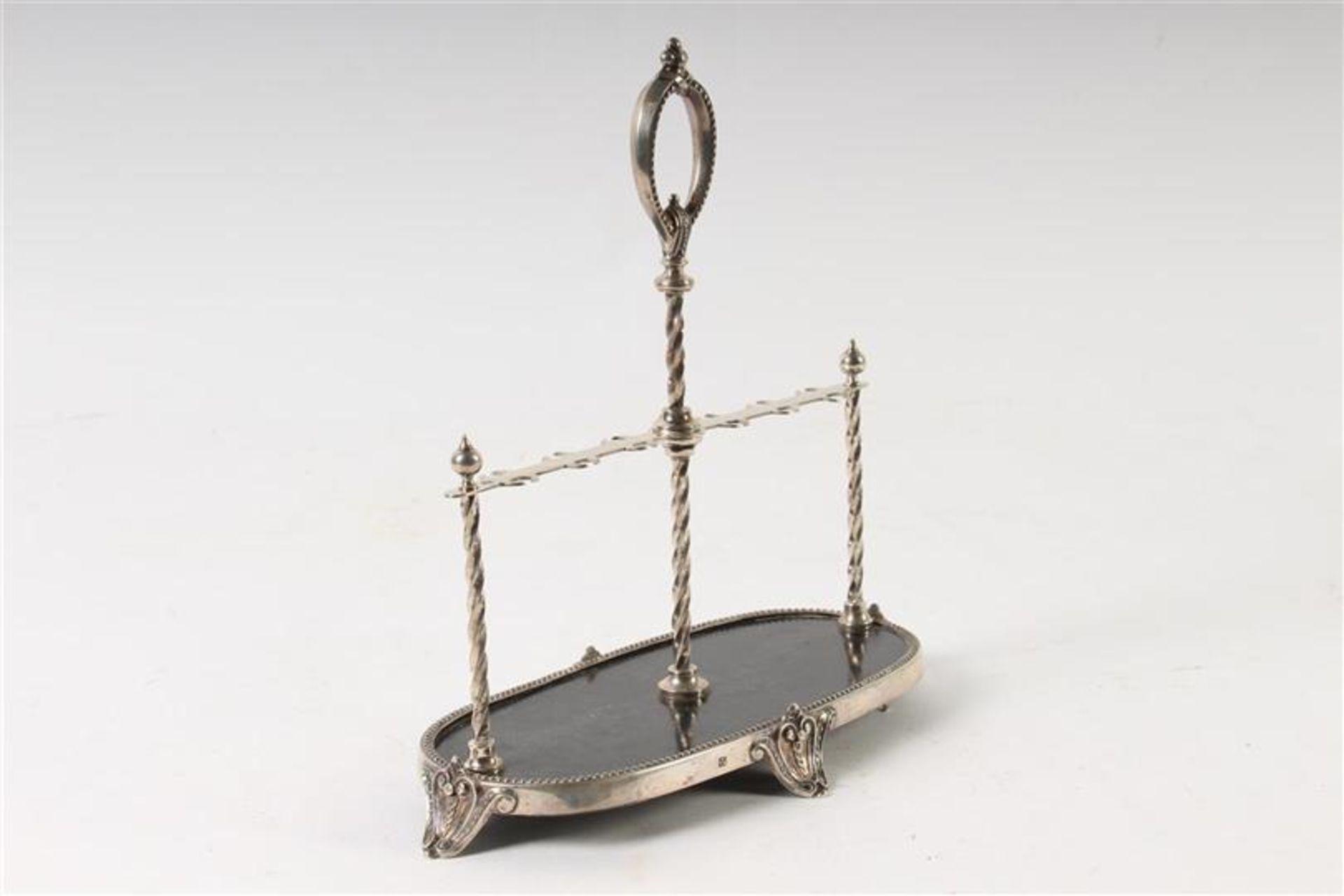 Los 10 - Zilver met gezwart houten specerijenrekje, Van Kempen en Zoon 1893. H: 23 cm.