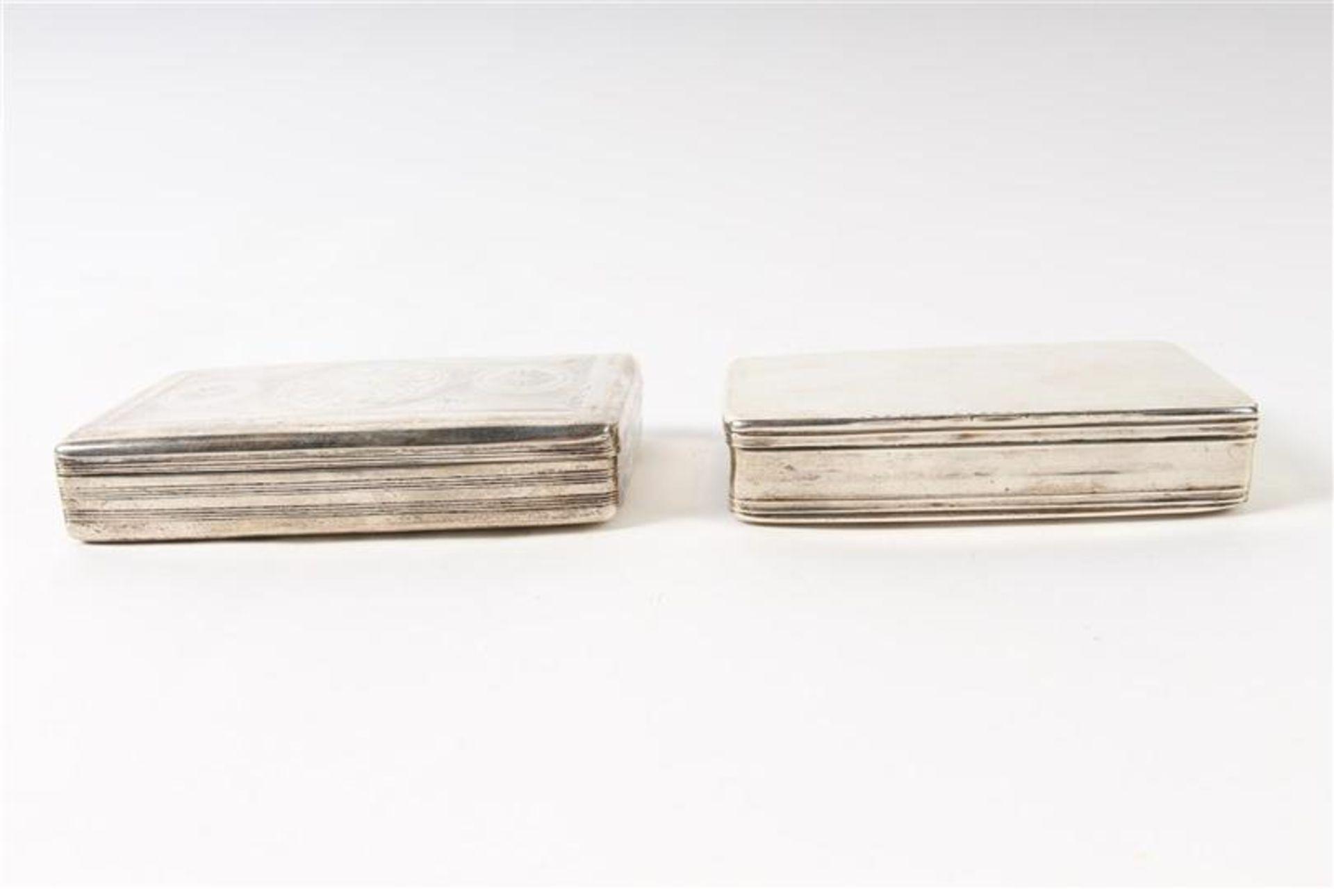 Twee zilveren tabaksdozen, Hollands gekeurd. HxBxD: 7 x 12.5 x 2.5 en 7 x 11.3 x 2.3 cm. - Bild 2 aus 5