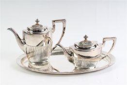 Zilveren dienblad ovaal model deels bewerkt met godrons, met bijpassendekoffie- en theepot, 1e