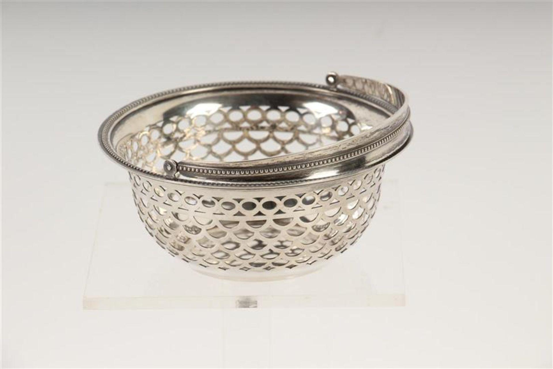 Los 45 - Rond ajour zilveren hengselmandje met parelrand, Hollands gekeurd. D: 10 cm.