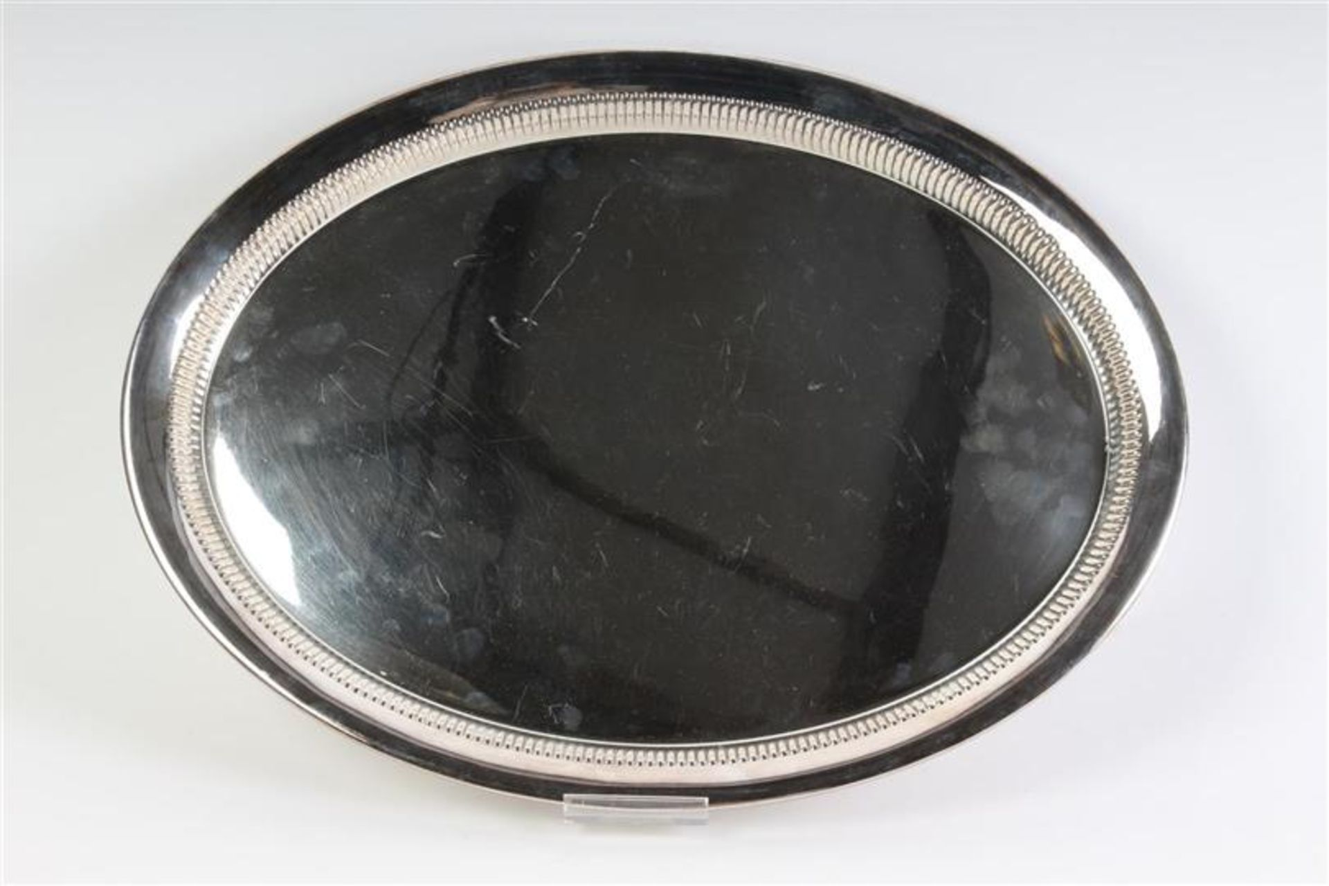 Los 42 - Zilveren dienblad ovaal model deels bewerkt met godrons, met bijpassendekoffie- en theepot, 1e