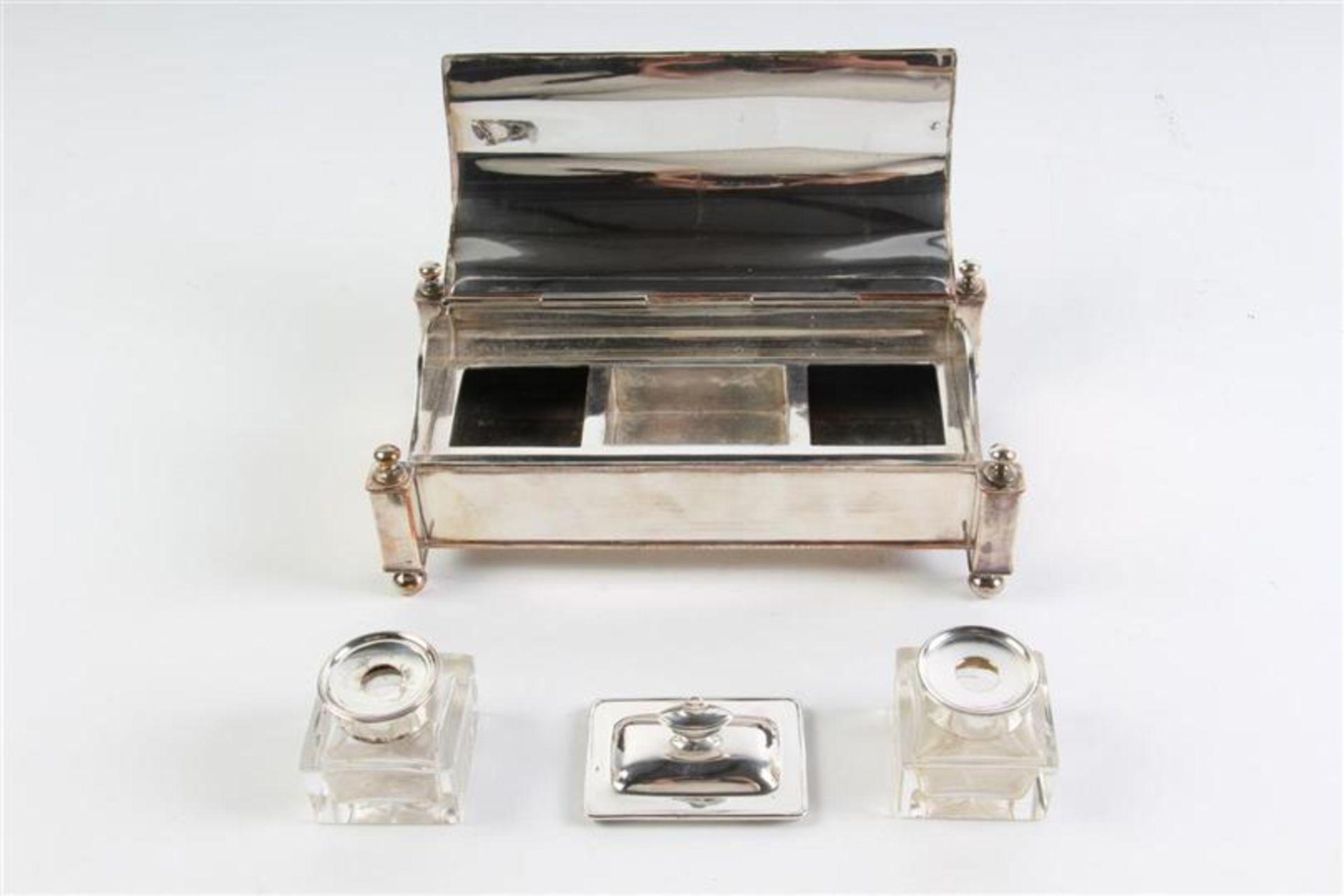 Los 8 - Verzilverd inktstel op bolpootjes met scharnierend deksel. HxBxD: 9 x 20 x 11 cm.