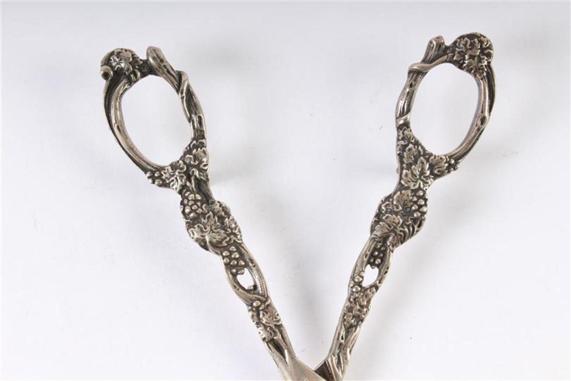 Los 18 - Twee diverse zilveren druivenscharen, waaronder 1egehalteHollands gekeurd. L: 13 en 14 cm.