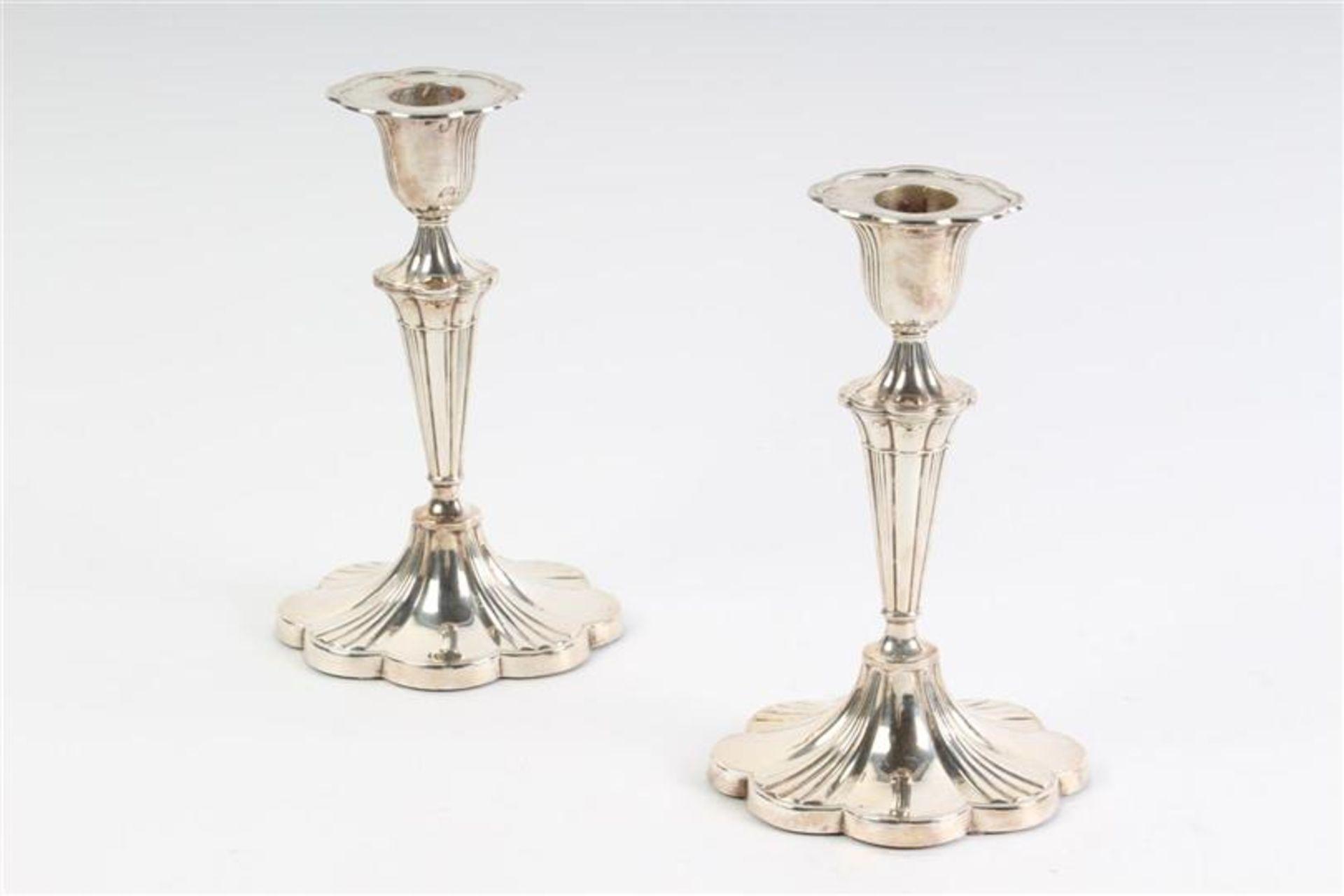 Los 34 - Set van twee zilveren tafelkandelaars, middelhoog model, Engels gekeurd. H: 18.5 cm.