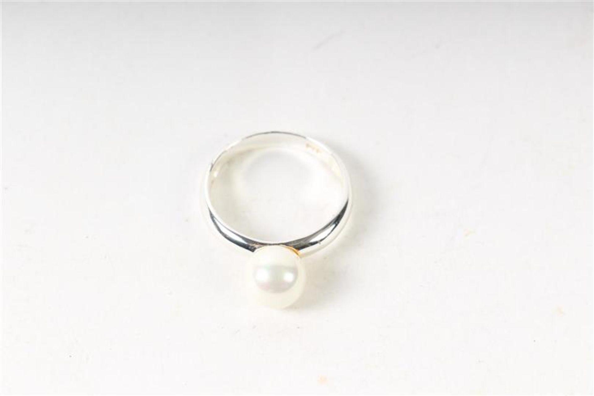 Los 29 - Akoya parelcollier met gouden slot, Hollands gekeurd. Toegevoegd zilveren ring met parel. L: 47