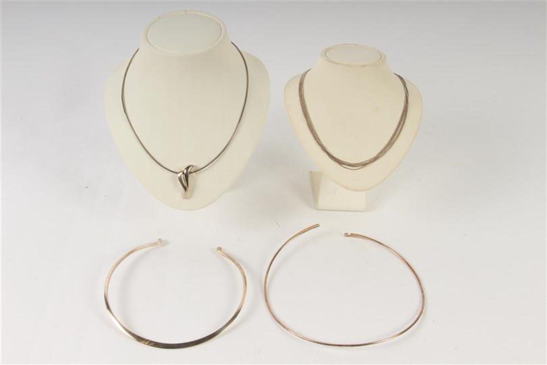 Vier zilveren colliers. Gewicht: 56 g.