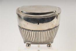 Zilveren theebus met godrons en bolpootjes, Zilverfabriek Voorschoten, Hollands gekeurd, scharnier