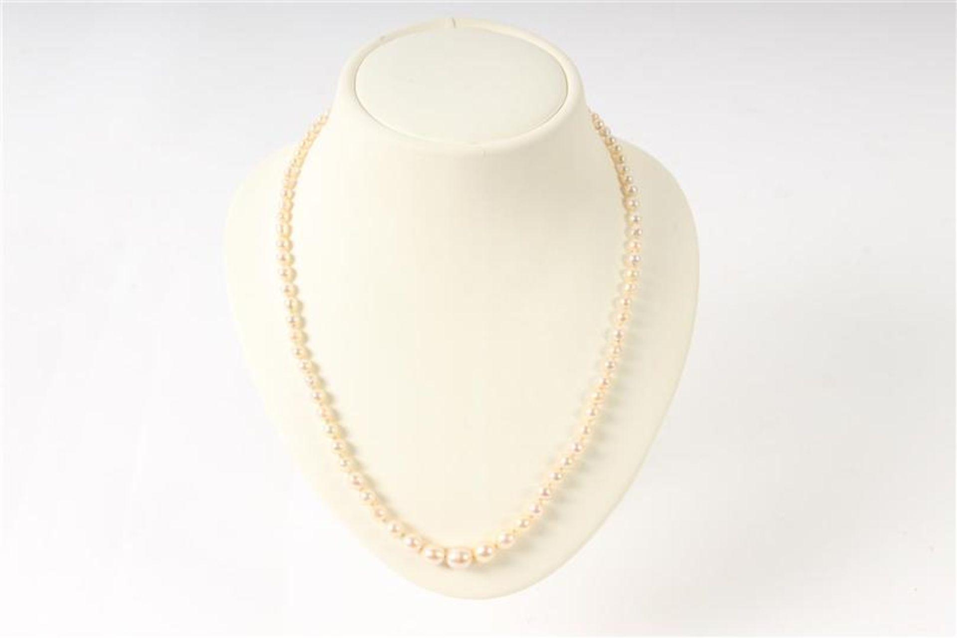 Akoya parelsnoer met zilveren sluiting. L: 48 cm.