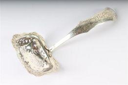 Zilveren strooilepel ajour, Hollands gekeurd. L: 17 cm.