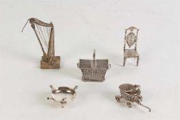 Kavel bestaande uit vijf zilveren miniaturen, waaronder comfoor, Amsterdam, 18e eeuw. De overige 20e