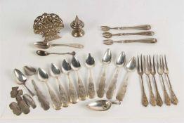 Divers gebruiksgoed, waaronder zilveren koffielepels, Biedermeier Hollands gekeurd.