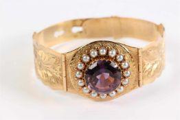Gouden armband bezet met amethist en zaadparels. Gewicht: 21.6 g.