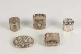 Kavel zilver bestaande uit drie lodereindoosjes, een pepermuntdoosje en een pillendoosje. Hollands