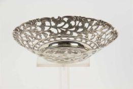 Ajour zilveren bonbonmandje. D: 14 cm.
