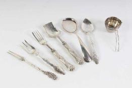 Lot divers zilver w.o. gembercouvert, theezeef en vorkjes, 19e/20e eeuw.