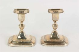 Stel zilveren rechthoekige tafelkandelaars. Engeland, Sheffield en Londen, 19e/20e eeuw. O.a. Jl.