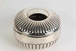 Zilveren koektrommel, deels geribd model. Italië, Cesa 1882. Tot. gew. ca. 367 gr. Diam. 15,5 cm.