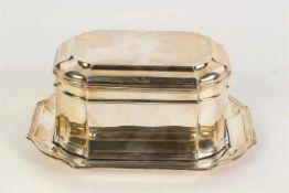 Een rechthoekige zilveren koektrommel op onderschotel. 20e eeuw. L. schotel 20 cm.