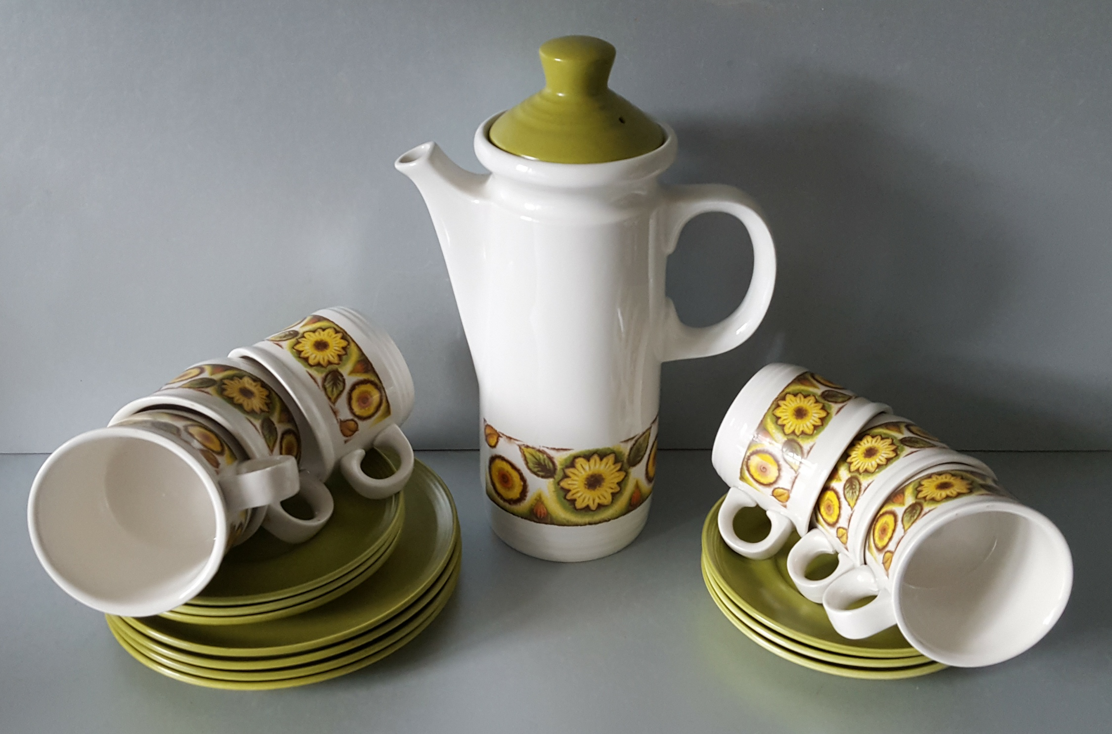 Lot 48 - Vintage Retro Myott 'Mardigras' Coffee Pot Cups, Plates & Part Dinner Service (40 items)