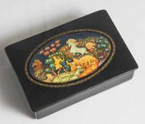 Russische Lackdose mit feiner Miniaturmalerei im ovalen Medaillon auf schwarzem Grund, bez. u.