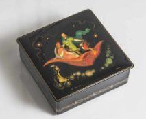 Russische Lackdose mit feiner Miniaturmalerei, Prinzenpaar mit Paradiesvogel auf fliegendem