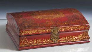 Schatulle, wohl Frankreich 18. Jahrhundert, Lackarbeit in Rot mit reicher Goldstaffage.