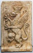 Großes Relief mit bekröntem Greif, Italien, Ende 19. Jahrhundert, Marmor, Oberfläche poliert. Ca. 84
