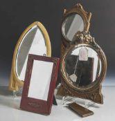 Konvolut von vier Tischspiegeln, verschiedene Größen und Ausführungen, Holz/Kunststoff, teils mit