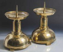 Paar Standleuchter, um 1925, Bauhaus-Stil, Messing poliert. H. ca. 35 cm, kleinere Dellen.