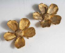 Paar blütenförmige Aschenschalen, Metallguß, vergoldet, die jeweils 5 Blütenblätter zum Herausziehen
